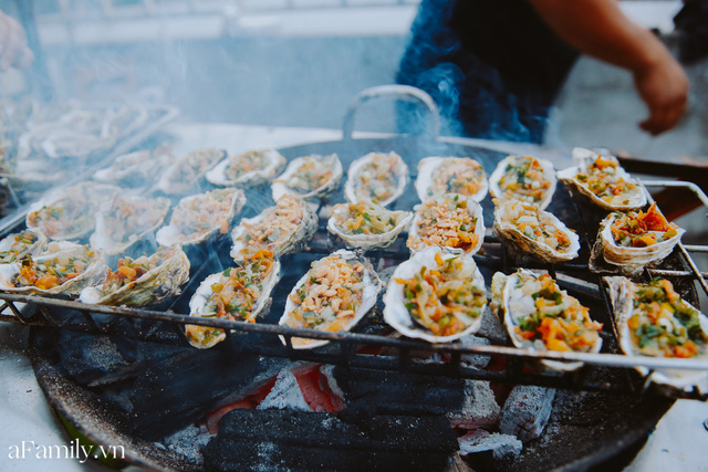 Hàu nướng 5k đổ bộ vào khắp nơi tại Hà Nội, chủ cửa hàng bán mỏi tay, thực khách kéo đến ầm ầm vì được ăn đặc sản ở... hè phố - Ảnh 3.