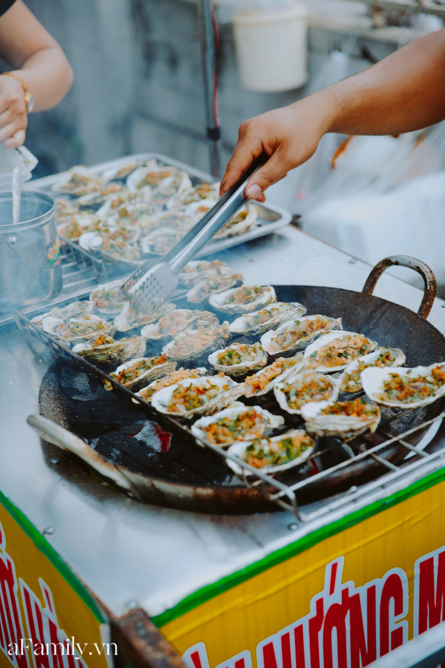 Hàu nướng 5k đổ bộ vào khắp nơi tại Hà Nội, chủ cửa hàng bán mỏi tay, thực khách kéo đến ầm ầm vì được ăn đặc sản ở... hè phố - Ảnh 4.