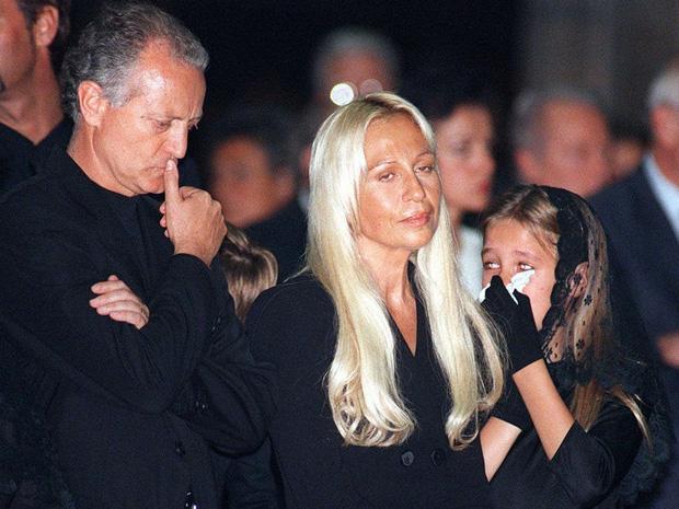 Cuộc đời đầy nước mắt phía sau ánh hào quang của Nữ vương đế chế Versace: Từ búp bê sống của anh trai đến thảm hoạ thẩm mỹ thời đại - Ảnh 5.