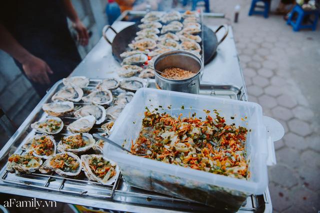 Hàu nướng 5k đổ bộ vào khắp nơi tại Hà Nội, chủ cửa hàng bán mỏi tay, thực khách kéo đến ầm ầm vì được ăn đặc sản ở... hè phố - Ảnh 5.