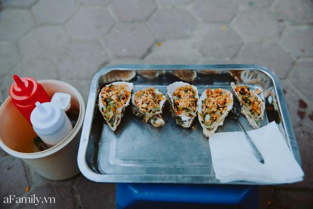 Hàu nướng 5k đổ bộ vào khắp nơi tại Hà Nội, chủ cửa hàng bán mỏi tay, thực khách kéo đến ầm ầm vì được ăn đặc sản ở... hè phố - Ảnh 7.