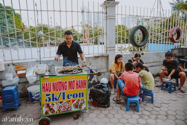 Hàu nướng 5k đổ bộ vào khắp nơi tại Hà Nội, chủ cửa hàng bán mỏi tay, thực khách kéo đến ầm ầm vì được ăn đặc sản ở... hè phố - Ảnh 9.