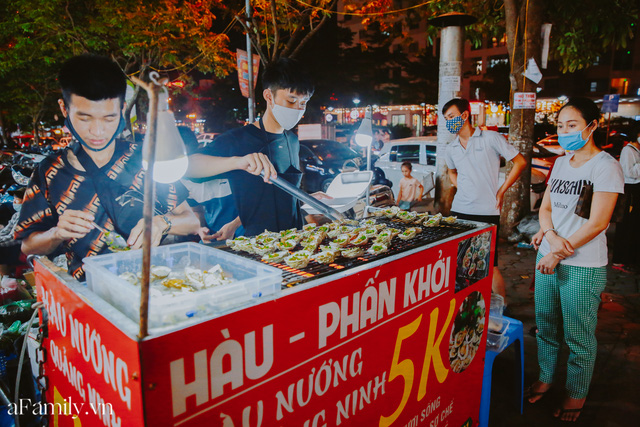 Hàu nướng 5k đổ bộ vào khắp nơi tại Hà Nội, chủ cửa hàng bán mỏi tay, thực khách kéo đến ầm ầm vì được ăn đặc sản ở... hè phố - Ảnh 10.