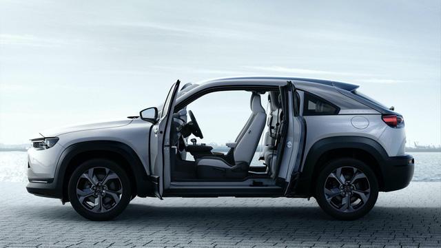 Mazda đi ngược các đối thủ với mẫu xe mở cửa kiểu Rolls-Royce này - Ảnh 5.
