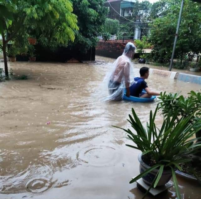 Hạ Long lại thất thủ sau mưa lớn: Sát biển sao đường phố vẫn chìm sâu trong nước? - Ảnh 9.