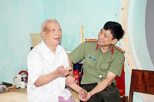 Tri ân, thăm hỏi nguyên lãnh đạo Công an tỉnh Hòa Bình - Ảnh 2.