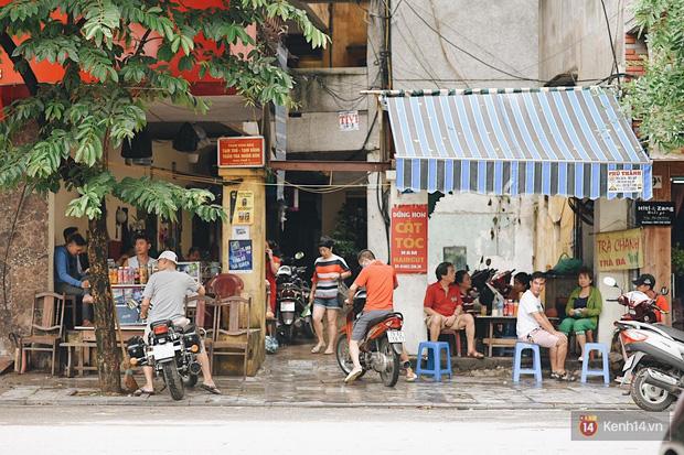 Hà Nội trong ngày đầu tiên giãn cách hàng quán: Bàn được lắp vách ngăn, khách ngồi cách xa nhau hơn 1 mét - Ảnh 1.