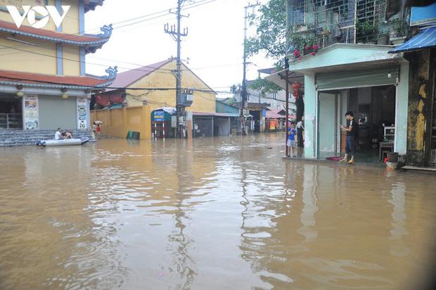 Nhiều tuyến đường TP. Yên Bái thành sông do nước đầu nguồn sông Hồng đổ về - Ảnh 2.