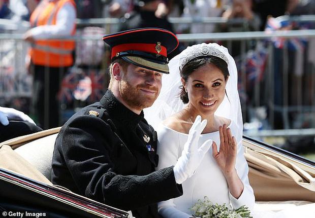 Thực hư tin đồn Harry từng nặng lời với cả Nữ hoàng Anh để bảo vệ Meghan Markle ngay trước ngày hôn lễ diễn ra - Ảnh 1.