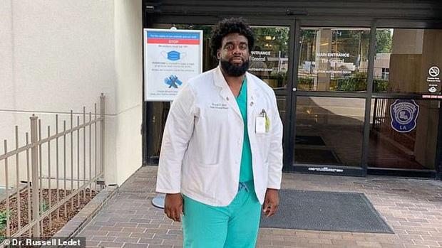 Người bảo vệ dành 5 năm theo đuổi ngành y, làm thêm tại bệnh viện để học hỏi bác sĩ và giờ đứng trong đội ngũ tuyến đầu chống dịch - Ảnh 1.