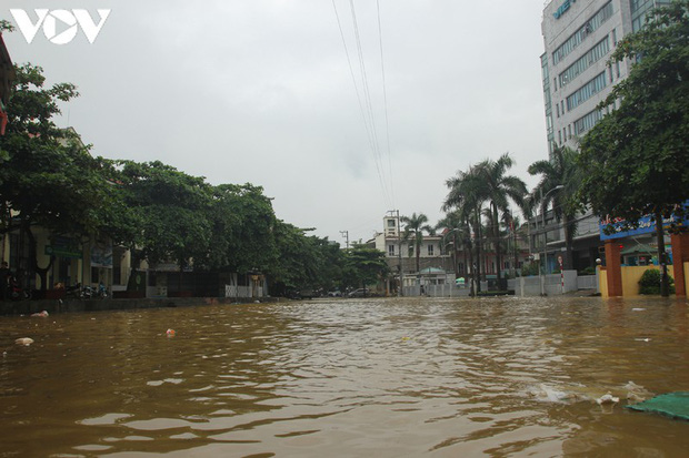 Nhiều tuyến đường TP. Yên Bái thành sông do nước đầu nguồn sông Hồng đổ về - Ảnh 11.