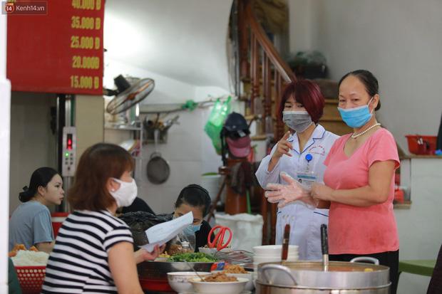 Hà Nội trong ngày đầu tiên giãn cách hàng quán: Bàn được lắp vách ngăn, khách ngồi cách xa nhau hơn 1 mét - Ảnh 23.