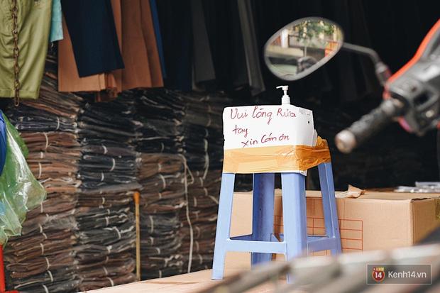 Hà Nội trong ngày đầu tiên giãn cách hàng quán: Bàn được lắp vách ngăn, khách ngồi cách xa nhau hơn 1 mét - Ảnh 5.