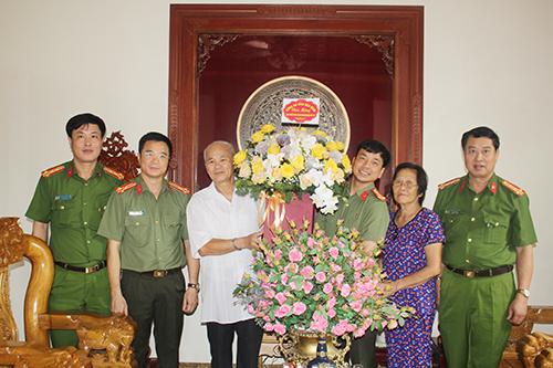 Tri ân, thăm hỏi nguyên lãnh đạo Công an tỉnh Hòa Bình - Ảnh 6.