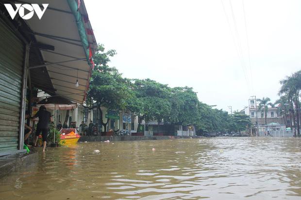 Nhiều tuyến đường TP. Yên Bái thành sông do nước đầu nguồn sông Hồng đổ về - Ảnh 6.