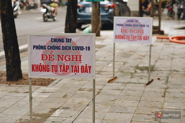 Hà Nội trong ngày đầu tiên giãn cách hàng quán: Bàn được lắp vách ngăn, khách ngồi cách xa nhau hơn 1 mét - Ảnh 9.