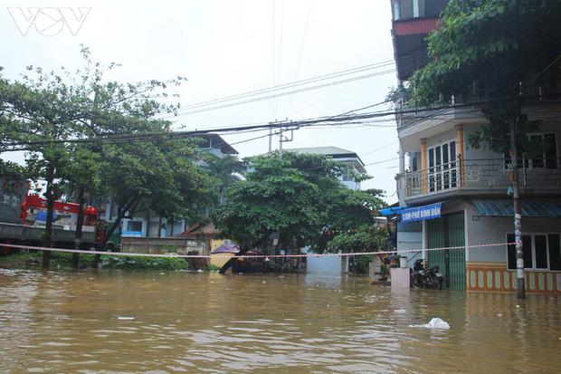 Nhiều tuyến đường TP. Yên Bái thành sông do nước đầu nguồn sông Hồng đổ về - Ảnh 10.