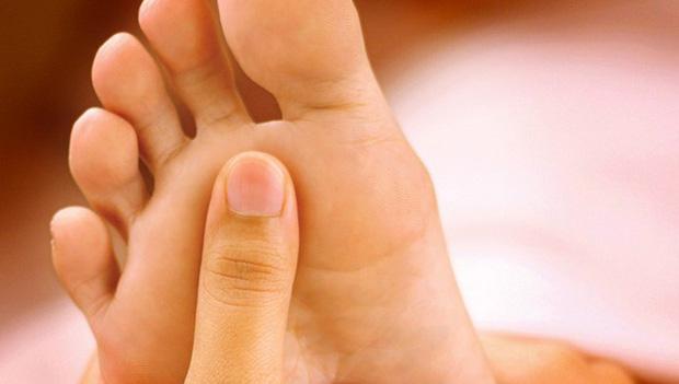 Bàn chân giống như đồng hồ sức khỏe: 3 dấu hiệu này trên bàn chân cho biết rất có thể gan của bạn đang gặp vấn đề - Ảnh 1.
