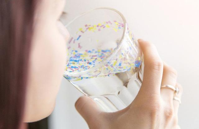 Lần đầu tiên tìm thấy hạt vi nhựa tích tụ trong gan, phổi và thận của con người - Ảnh 1.