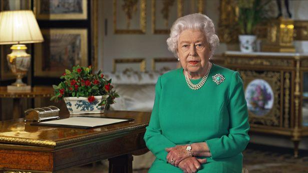 Bị yêu cầu rời hoàng gia vĩnh viễn, nhà Meghan Markle vẫn có ý định quay về và thông tin mới về mối quan hệ giữa Harry và Nữ hoàng Anh - Ảnh 2.