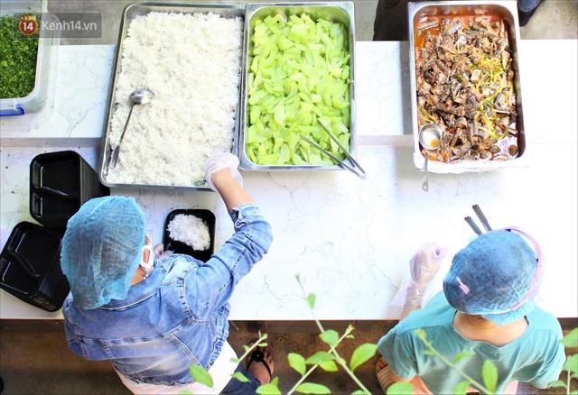 Những vị khách bị mắc kẹt ở Đà Nẵng góp cơm 5 sao cho tuyến đầu chống dịch: Mình nên làm một việc gì đó để giúp đỡ cho thành phố này! - Ảnh 1.