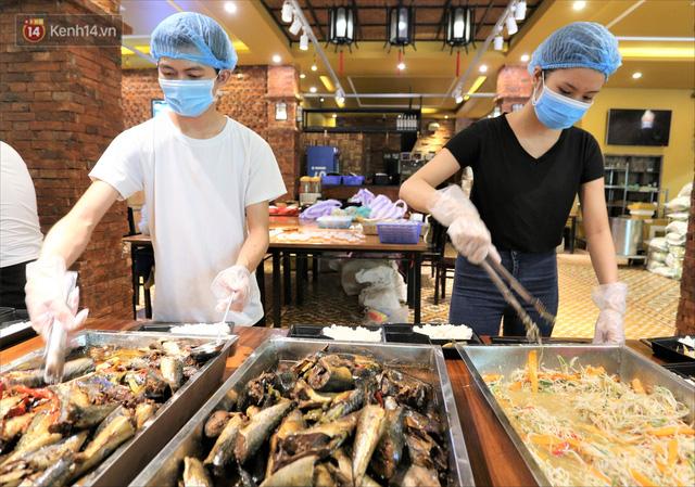 Những vị khách bị mắc kẹt ở Đà Nẵng góp cơm 5 sao cho tuyến đầu chống dịch: Mình nên làm một việc gì đó để giúp đỡ cho thành phố này! - Ảnh 2.