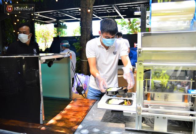Những vị khách bị mắc kẹt ở Đà Nẵng góp cơm 5 sao cho tuyến đầu chống dịch: Mình nên làm một việc gì đó để giúp đỡ cho thành phố này! - Ảnh 13.