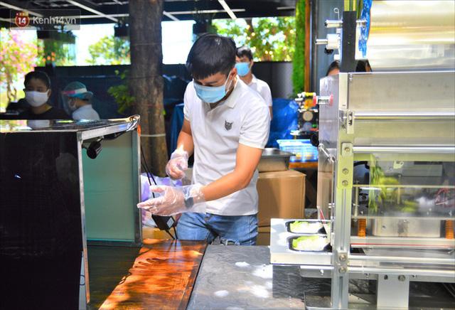 Những vị khách bị mắc kẹt ở Đà Nẵng góp cơm 5 sao cho tuyến đầu chống dịch: Mình nên làm một việc gì đó để giúp đỡ cho thành phố này! - Ảnh 15.