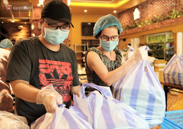 Những vị khách bị mắc kẹt ở Đà Nẵng góp cơm 5 sao cho tuyến đầu chống dịch: Mình nên làm một việc gì đó để giúp đỡ cho thành phố này! - Ảnh 17.