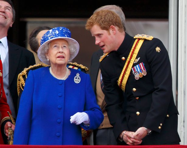 Bị yêu cầu rời hoàng gia vĩnh viễn, nhà Meghan Markle vẫn có ý định quay về và thông tin mới về mối quan hệ giữa Harry và Nữ hoàng Anh - Ảnh 3.