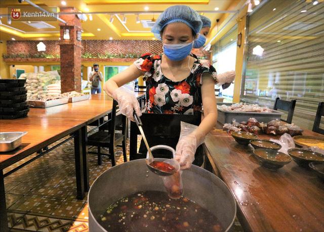 Những vị khách bị mắc kẹt ở Đà Nẵng góp cơm 5 sao cho tuyến đầu chống dịch: Mình nên làm một việc gì đó để giúp đỡ cho thành phố này! - Ảnh 4.