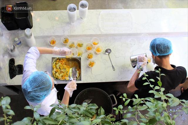 Những vị khách bị mắc kẹt ở Đà Nẵng góp cơm 5 sao cho tuyến đầu chống dịch: Mình nên làm một việc gì đó để giúp đỡ cho thành phố này! - Ảnh 8.
