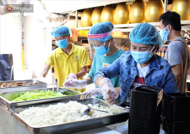 Những vị khách bị mắc kẹt ở Đà Nẵng góp cơm 5 sao cho tuyến đầu chống dịch: Mình nên làm một việc gì đó để giúp đỡ cho thành phố này! - Ảnh 10.