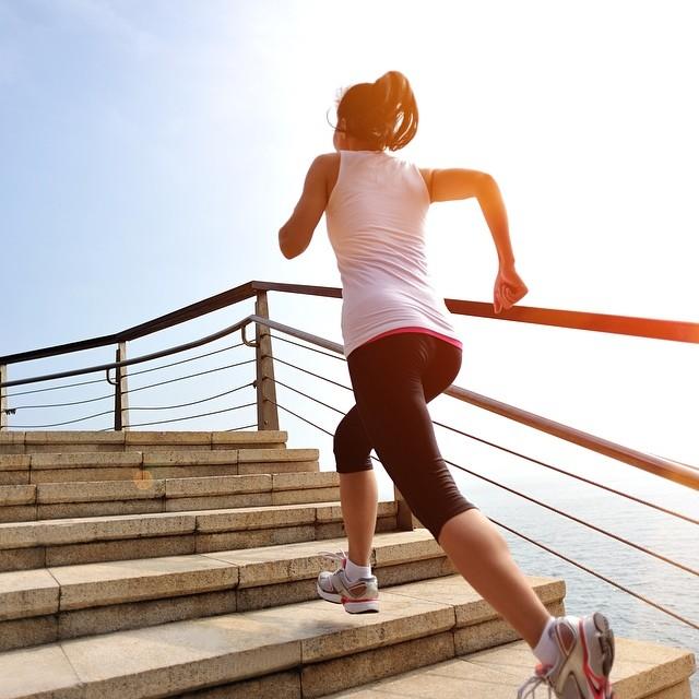 Sau tuổi 50, phụ nữ nếu vẫn thực hiện trơn tru 3 bài tập này nghĩa là cơ thể bạn vẫn còn dẻo dai, tràn đầy sức sống - Ảnh 5.