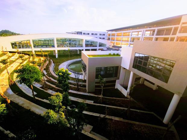 Kiến trúc sang chảnh hàng trăm tỷ đồng của các trường THPT Chuyên ở Việt Nam: Vị trí số 1 gây bất ngờ nhất - Ảnh 25.