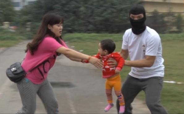 Từ vụ bắt cóc cháu bé 2.5 tuổi ở Bắc Ninh, hoảng hốt nhìn lại một nơi nguy hiểm không kém nhưng bố mẹ vẫn thường xuyên mắc sai lầm - Ảnh 2.