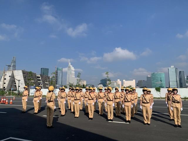 Những bóng hồng đầu tiên của đội CSGT dẫn đoàn tại TPHCM - Ảnh 1.