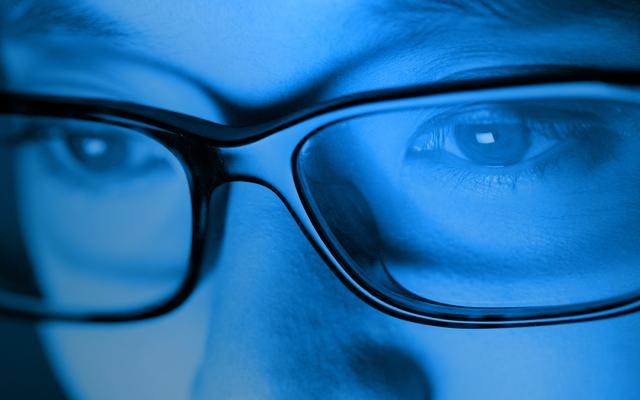 Mắt kính chống ánh sáng xanh từ máy tính và điện thoại có THẬT SỰ có tác dụng bảo vệ mắt như đồn thổi? - Ảnh 1.