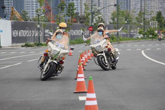 Những bóng hồng đầu tiên của đội CSGT dẫn đoàn tại TPHCM - Ảnh 8.