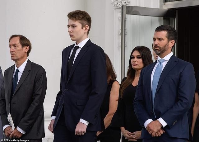 Hình ảnh mới nhất của Hoàng tử Nhà Trắng Barron Trump lại gây chú ý với chiều cao khủng, nhìn lại ảnh 4 năm trước ai cũng ngỡ ngàng - Ảnh 1.