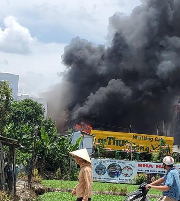 Nhà hàng tiệc cưới ngoài trời ở Sài Gòn bốc cháy ngùn ngụt giữa trưa - Ảnh 1.