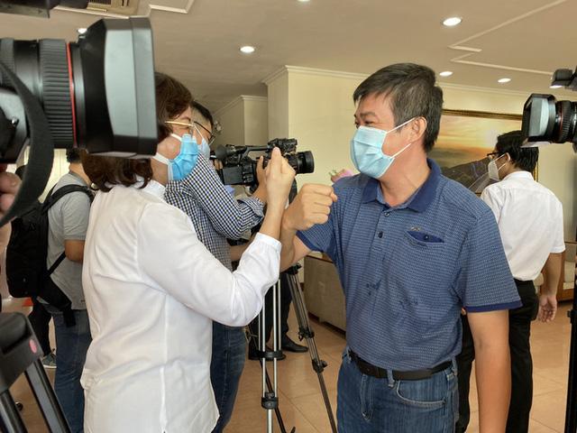 Xúc động giây phút chia tay đoàn y, bác sĩ Bệnh viện Chợ Rẫy rời Đà Nẵng - Ảnh 3.