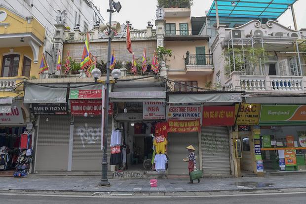 Hàng loạt cửa hàng ở phố cổ Hà Nội lần thứ hai lao đao vì dịch Covid-19  - Ảnh 1.
