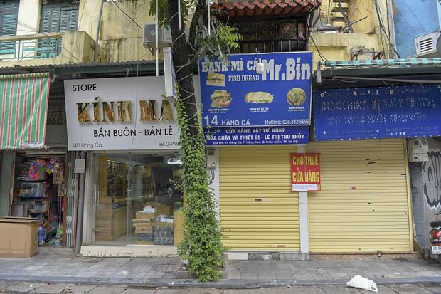 Hàng loạt cửa hàng ở phố cổ Hà Nội lần thứ hai lao đao vì dịch Covid-19  - Ảnh 11.