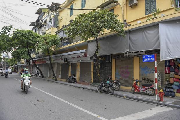Hàng loạt cửa hàng ở phố cổ Hà Nội lần thứ hai lao đao vì dịch Covid-19  - Ảnh 13.