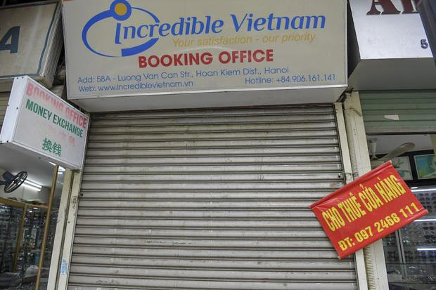 Hàng loạt cửa hàng ở phố cổ Hà Nội lần thứ hai lao đao vì dịch Covid-19  - Ảnh 14.