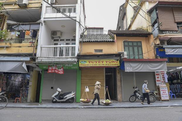 Hàng loạt cửa hàng ở phố cổ Hà Nội lần thứ hai lao đao vì dịch Covid-19  - Ảnh 5.
