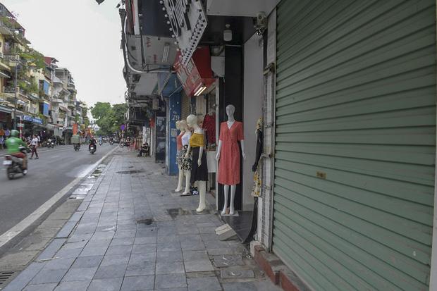 Hàng loạt cửa hàng ở phố cổ Hà Nội lần thứ hai lao đao vì dịch Covid-19  - Ảnh 6.