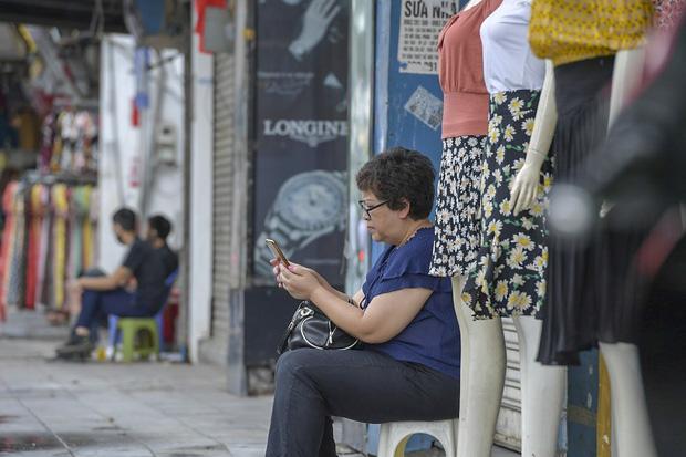 Hàng loạt cửa hàng ở phố cổ Hà Nội lần thứ hai lao đao vì dịch Covid-19  - Ảnh 7.