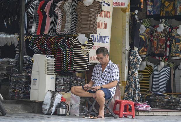 Hàng loạt cửa hàng ở phố cổ Hà Nội lần thứ hai lao đao vì dịch Covid-19  - Ảnh 8.